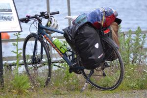 Cykel med packning, vid vatten.