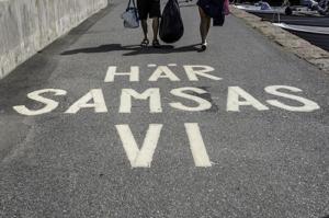 """Foto med gång- och cykelbana med texten """"Här samsas vi""""."""